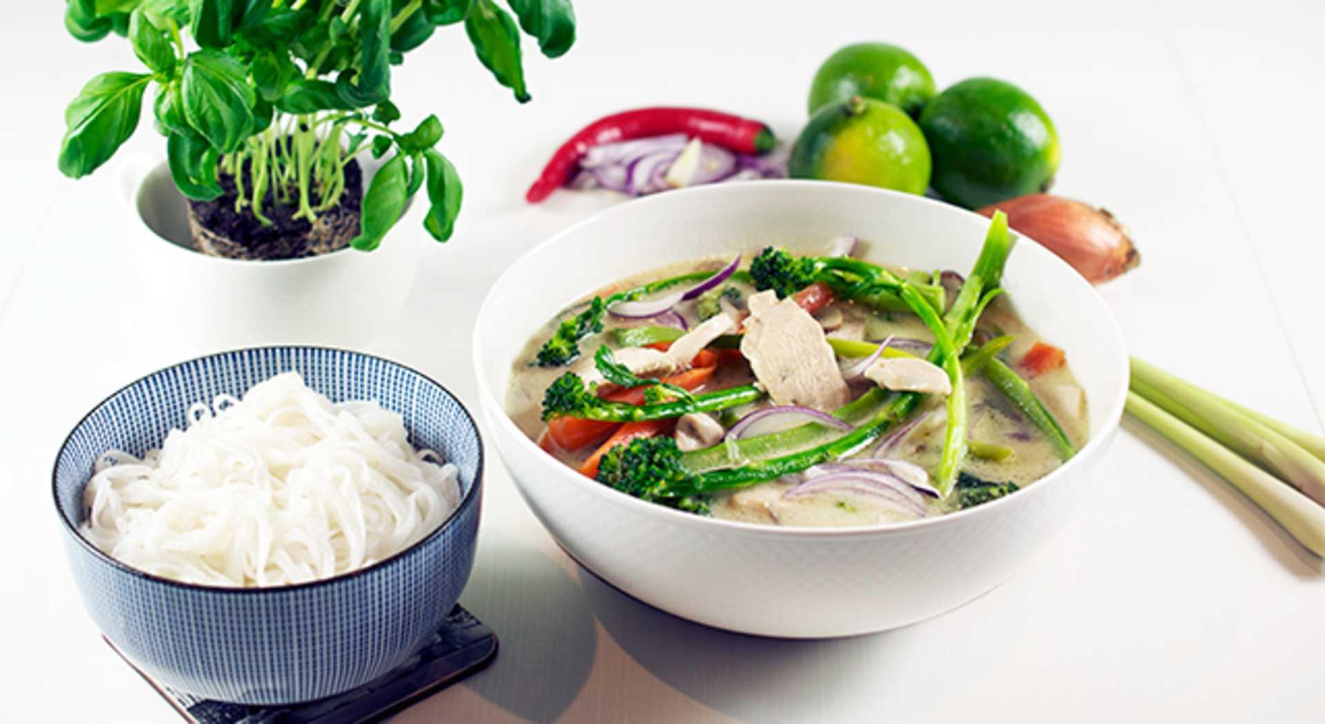 Thaikeitto kookosmaidon ja riisinuudelin kera